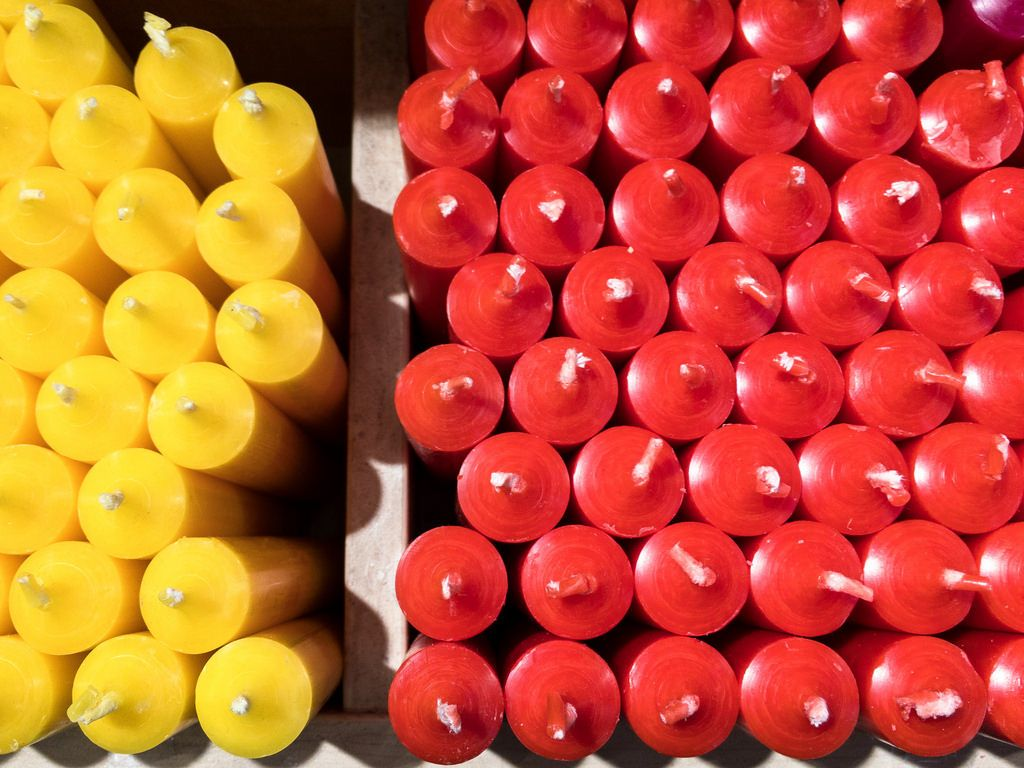 Gelbe und rote Kerzen