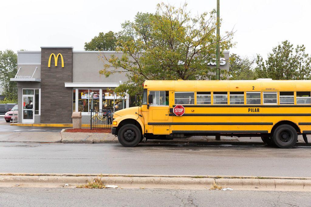 Gelber Bus geparkt beim McDonald's