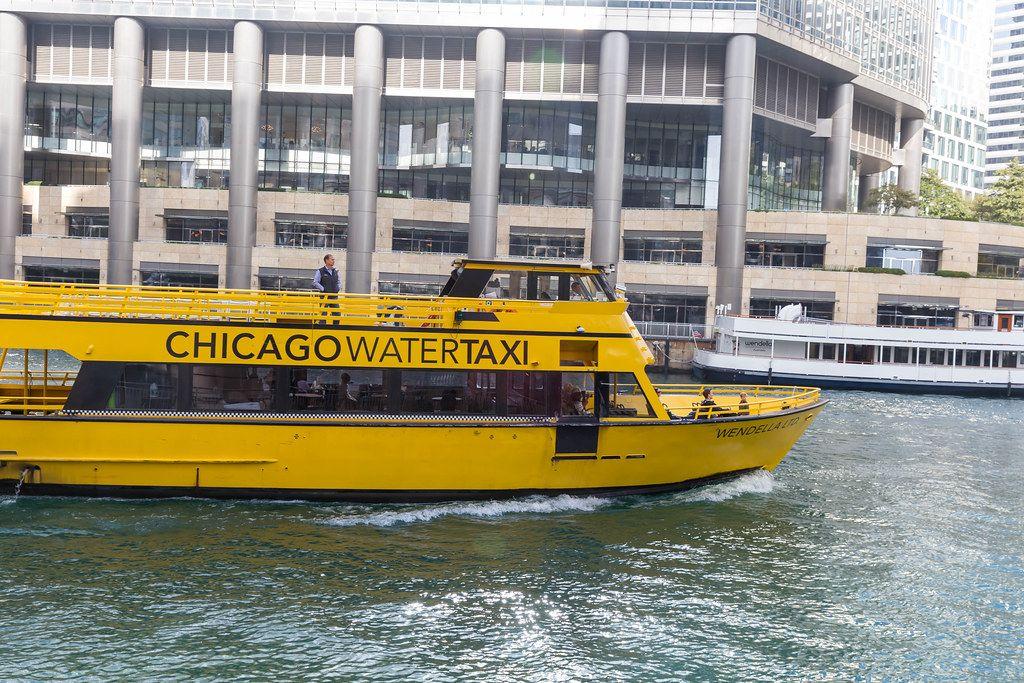 Gelbes Wassertaxi auf dem Fluss in Chicago