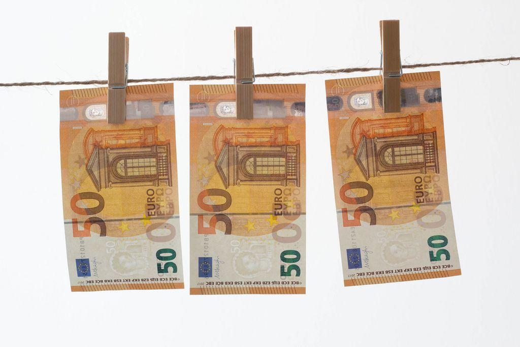 Geld an einer Wäscheleine beim Trocknen