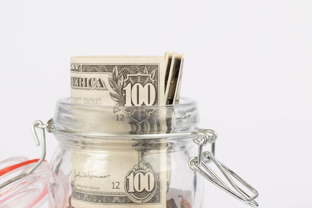 Geld in einem Glasgefäß