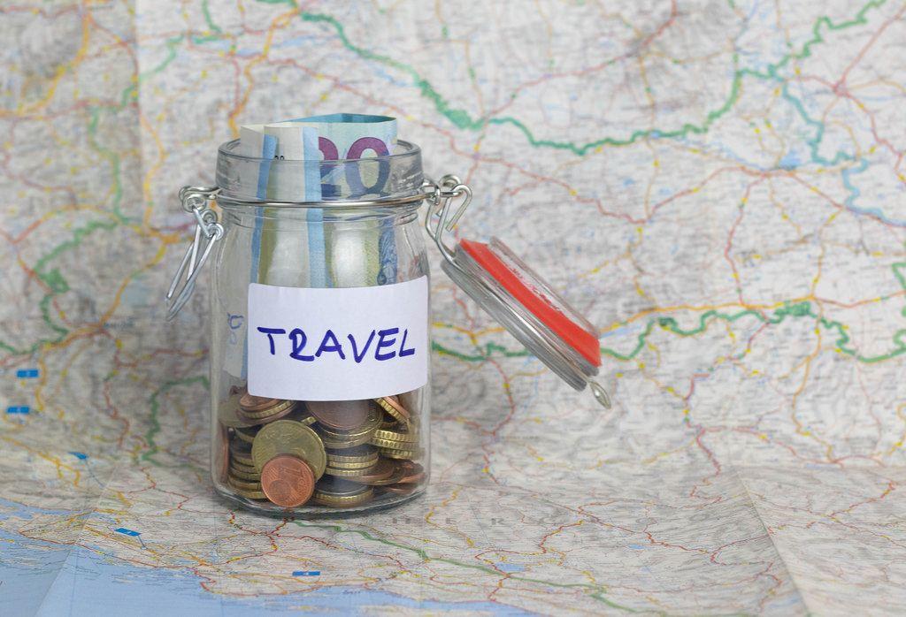 Geld in verschließbarem Glas als Notgroschen im Urlaub
