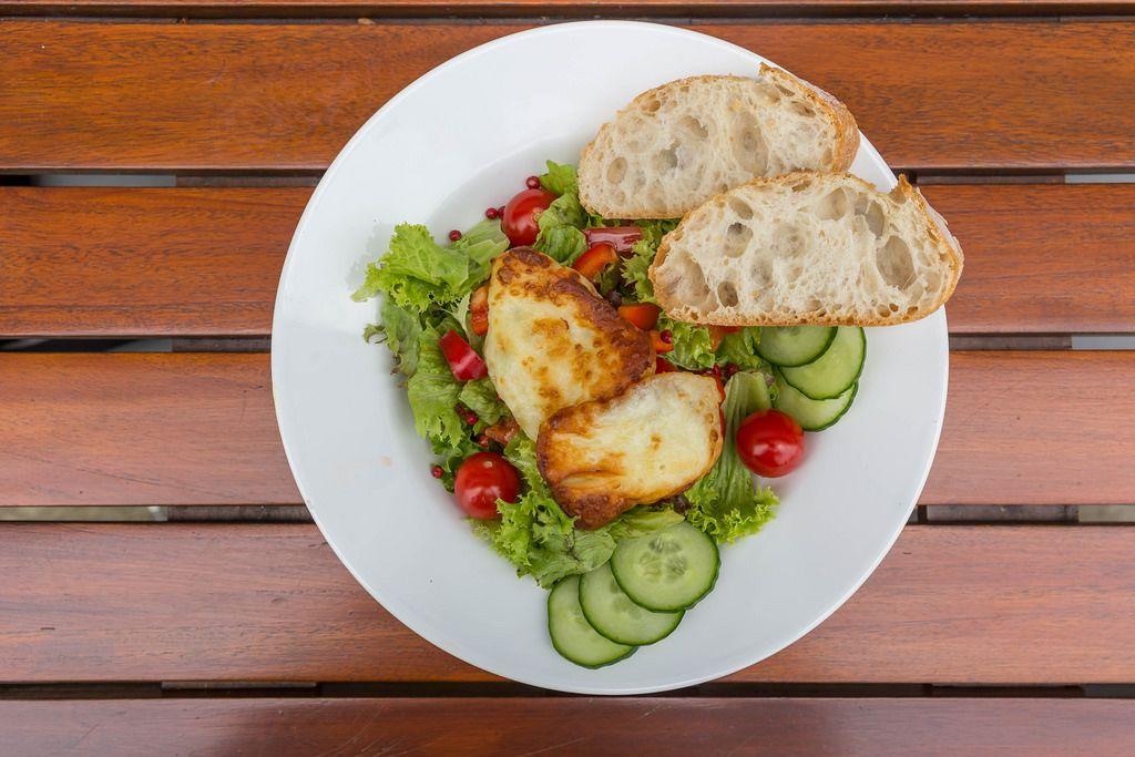 Gemischer Salatz mit Gurken, Tomaten und Haloumi-Käse
