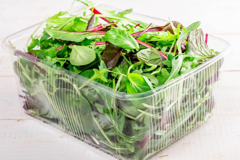 Gemischter Salat mit Mangold, Spinat, Feldsalat und Ruccola in einer Plastikverpackung