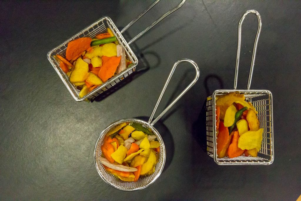 Gemüse in eckigen und runden Friteusenkörben
