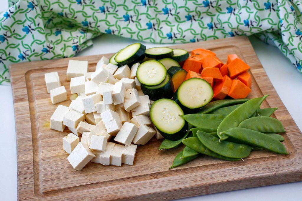 Gemüse und Tofu auf einem Küchenbrett