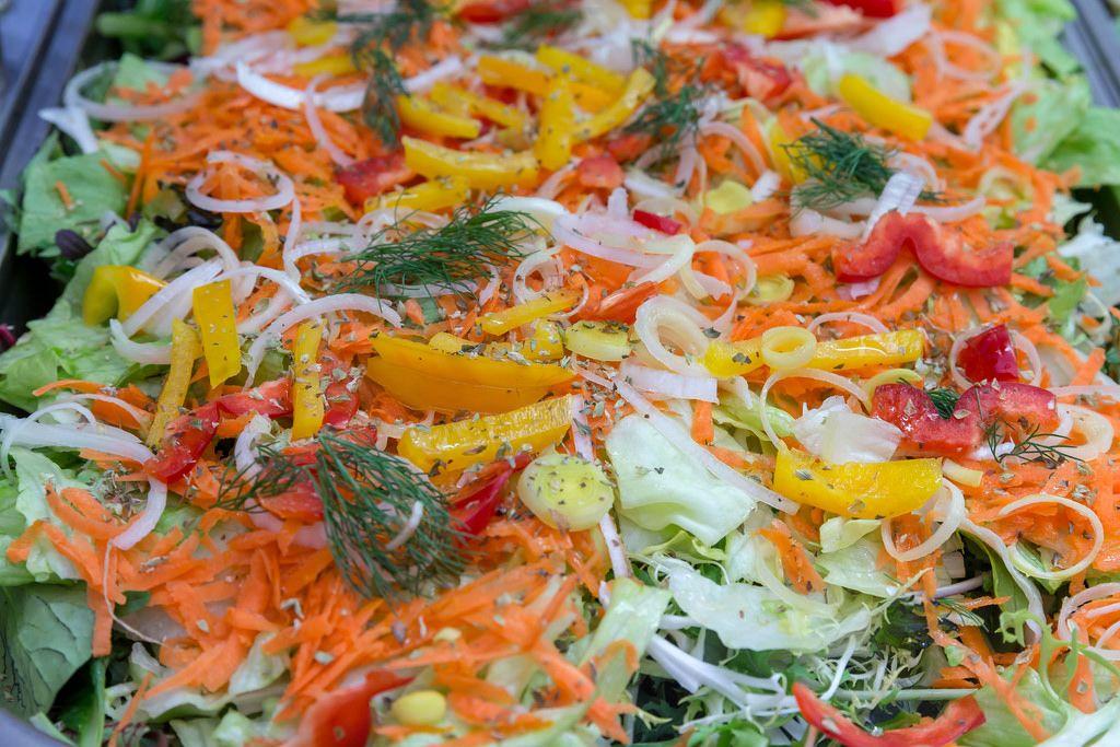 Gemüseplatte: Karotte, Paprika, Zwiebel, Eiskopfsalat, Rukola, Dill