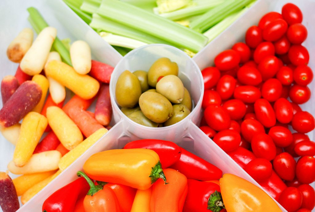 Gemüseplatte mit Cherrytomaten, Karotte, Oliven und Sellerie