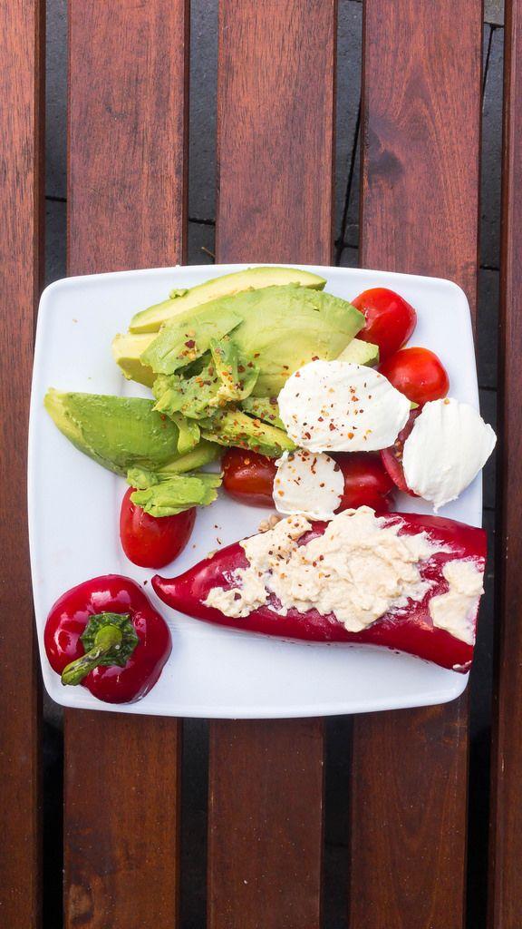 Gemüseteller mit Paprika, Avocado, Tomaten und Mozarella