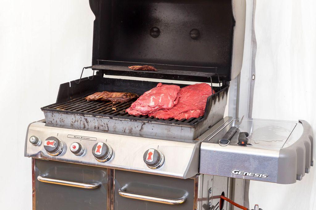 Genesis Grill mit Steak