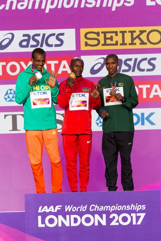 Geoffrey Kipkorir Kirui, Tamirat Tola und Alphonce Felix Simbu auf dem Podest (Marathon Finale) bei den IAAF Leichtathletik-Weltmeisterschaften 2017 in London