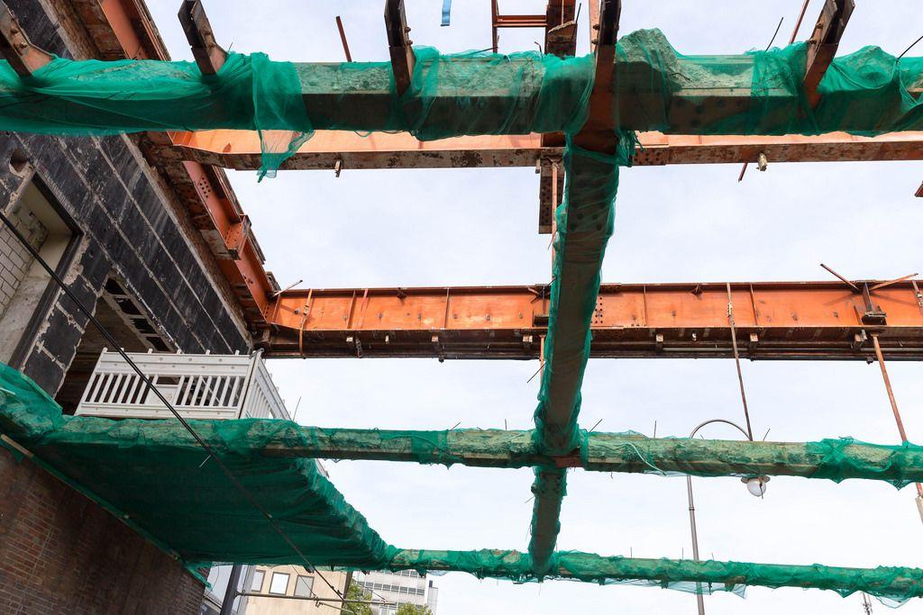 Gesicherte Stahlträger mit Betonresten am Rudolfplatz in Köln