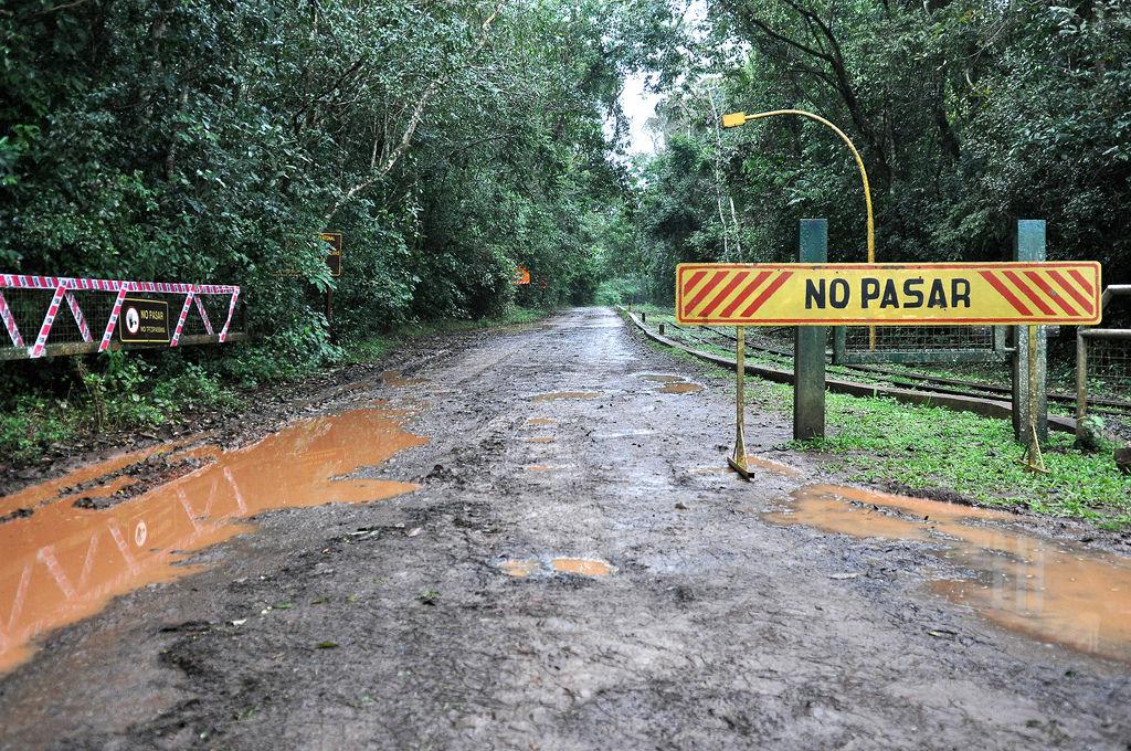 Gesperrte Straße bei den Wasserfällen in Argentininen