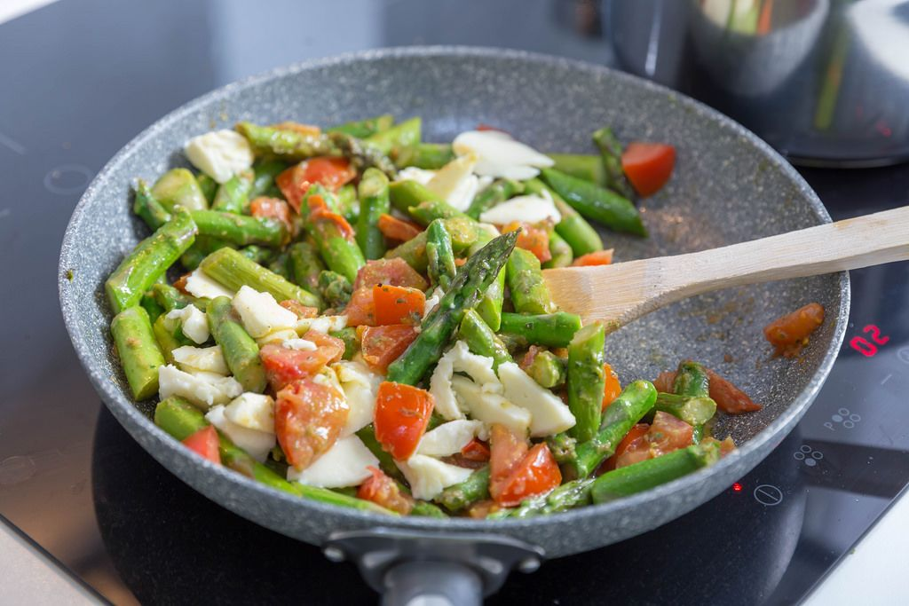 gesund und leicht zuzubereiten gr ner spargel tomate und mozzarella bilder und fotos
