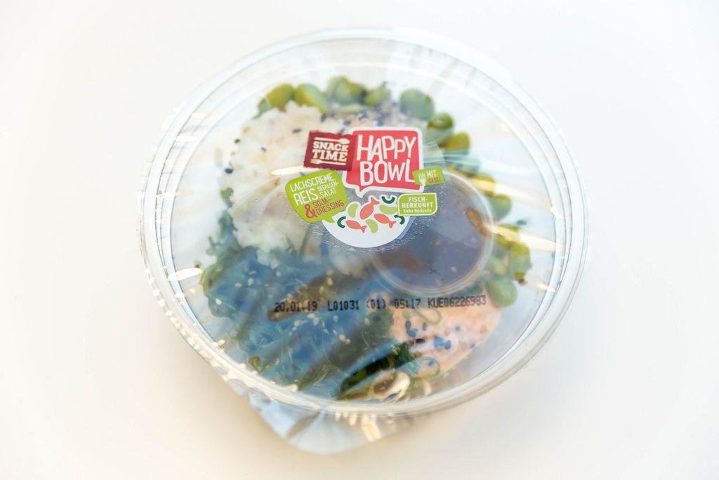Gesundes Essen aus dem Supermarkt mit Reis, Seealgensalat und Lachscreme an Soja-Dressing