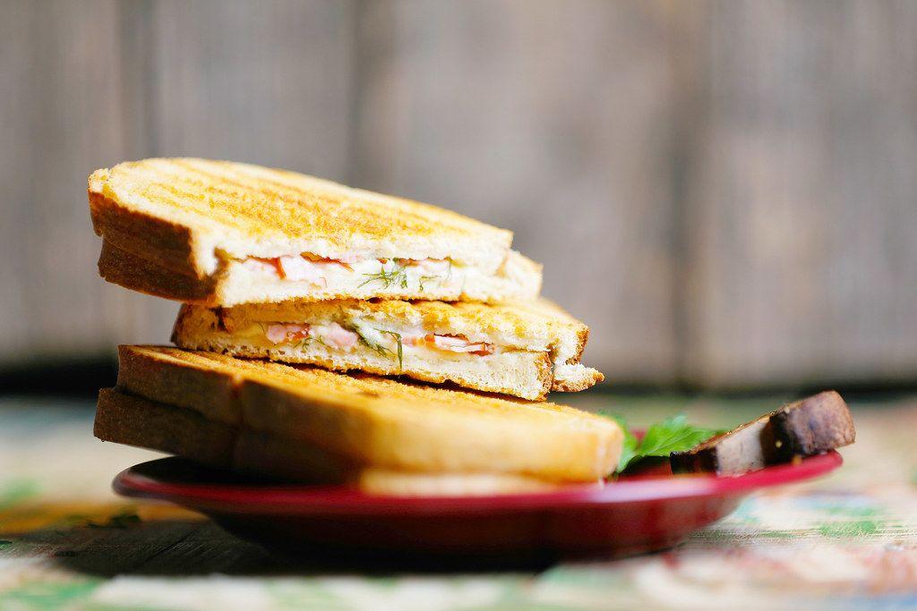 Getoastete Sandwichscheiben mit Schinken und Kräutern