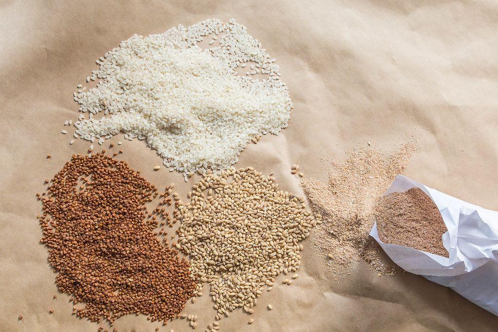 Getreide und Hirse als Bio-Lebensmittel, Buchweizen, Reis und Gerste, von oben fotografiert