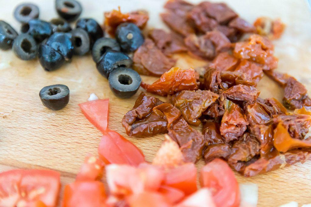 Getrockneten Tomaten, frische Tomaten und Oliven für Risotto