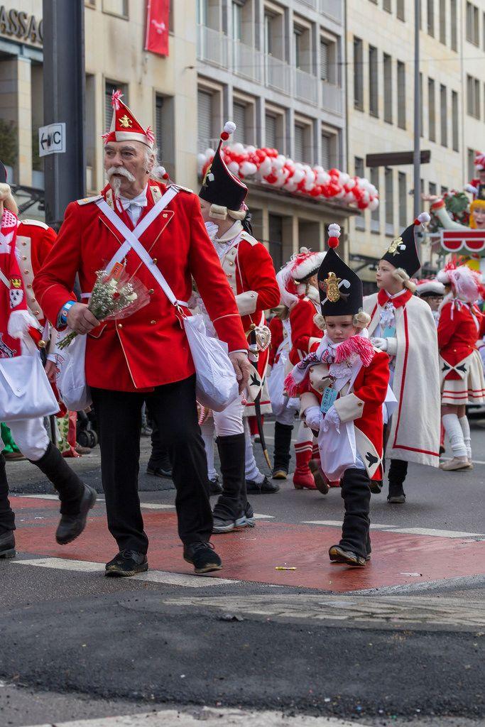 Gewaltiger Generationsunterschied beim Rosenmontagszug - Kölner Karneval 2018