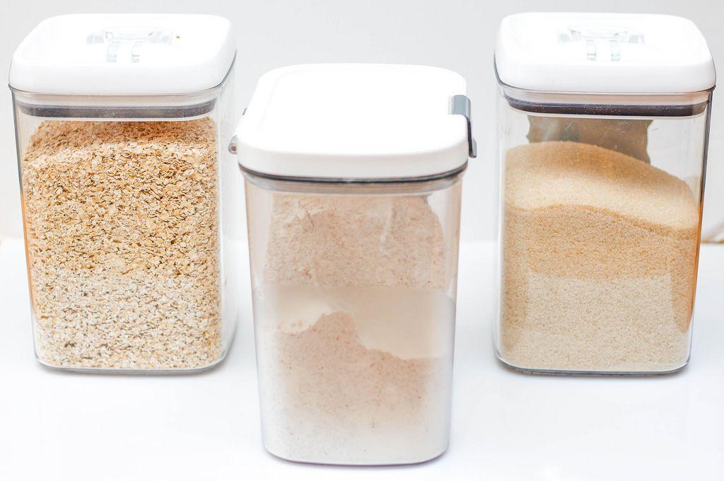 Glasbehälter mit Haferflocken, Mehl und Zucker