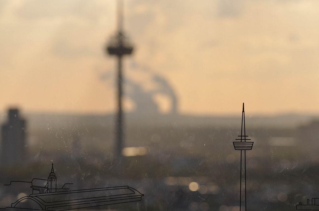 Glasscheibe mit Kölns Sehenswürdigkeiten mit unscharfem Hintergrund