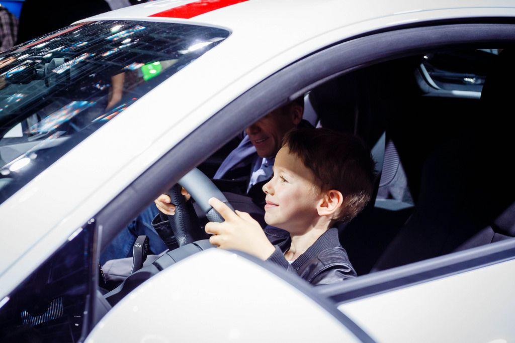 Glücklicher Junge hinter dem Steuer vom Audi R8 V10 RWS