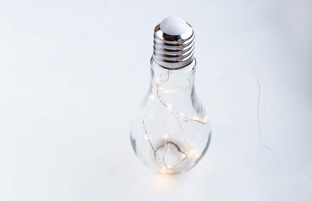 Glühbirne mit einem LED-Streifen im Inneren