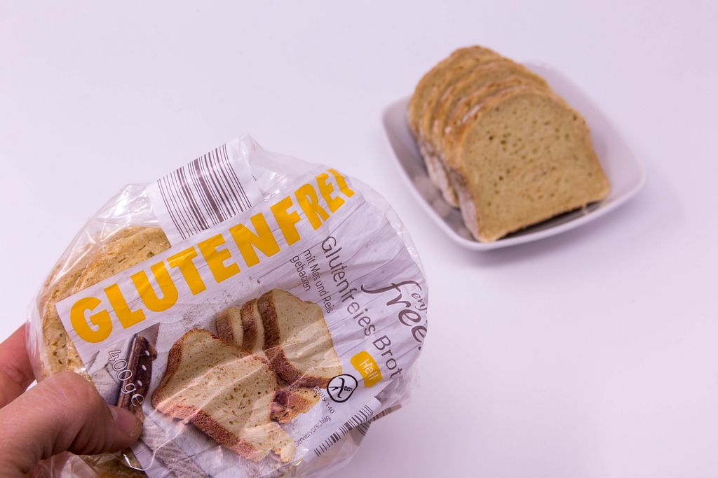 Glutenfreies Brot in Verpackung und Brotscheiben in Schale im Hintergrund