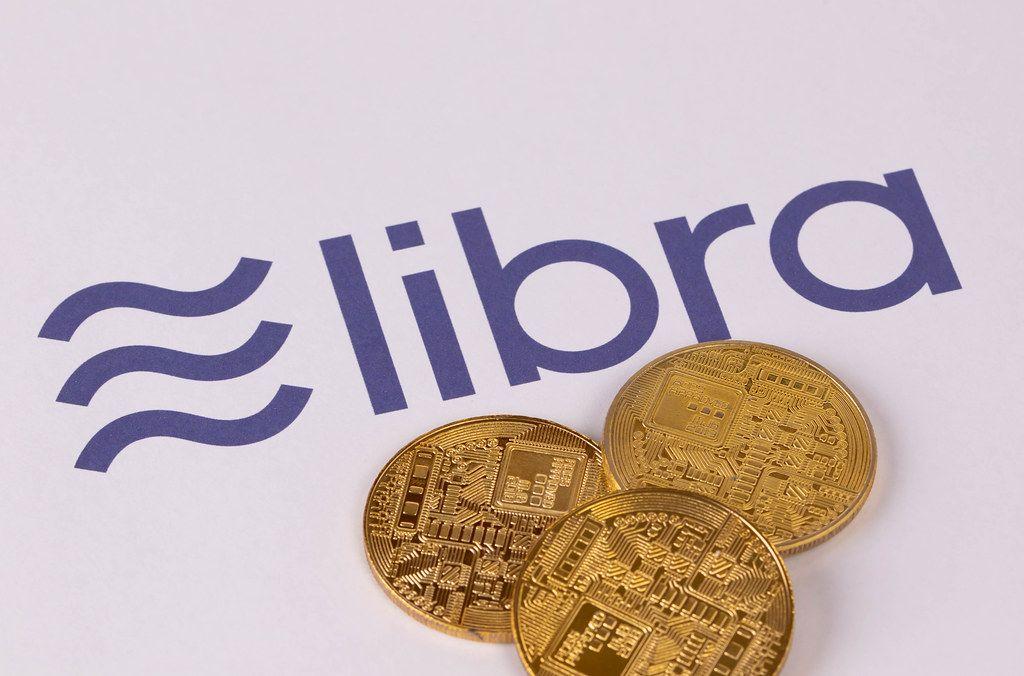 Goldene Geldmünzen Libra Kryptowährung auf weißem Hintergrund