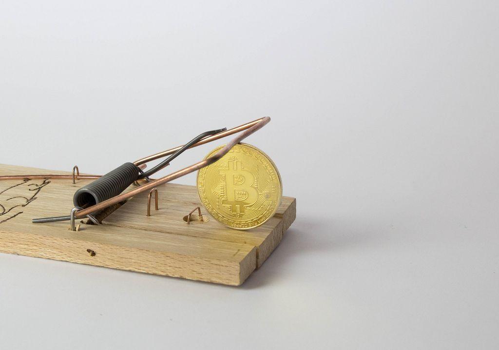 Goldener Bitcoin in einer Mausfalle