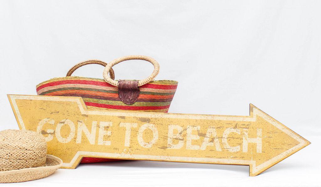 Gone to beach Schild mit Hut und Tasche
