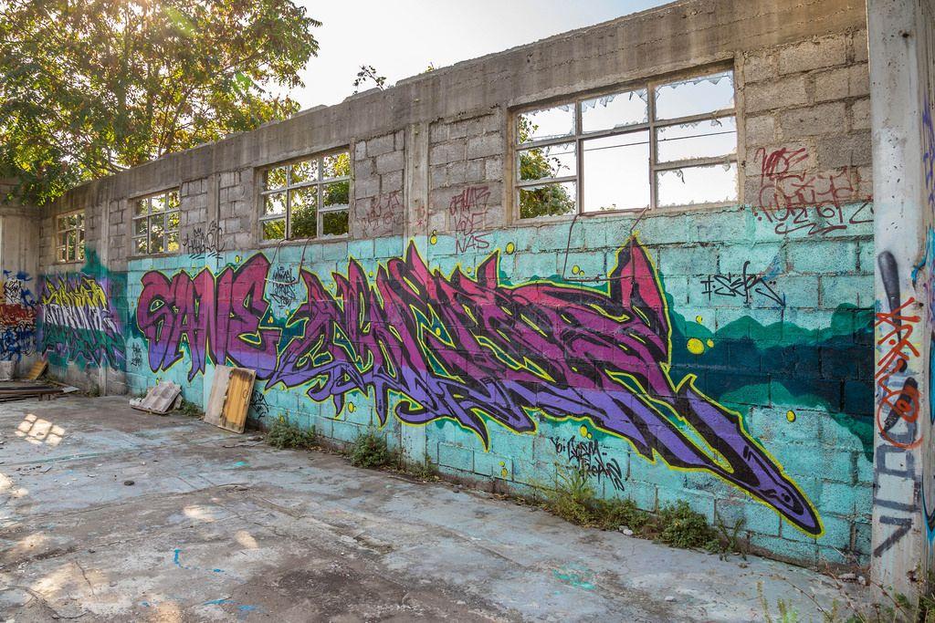 Graffiti auf der Wand eines verlassenen Gebäudes