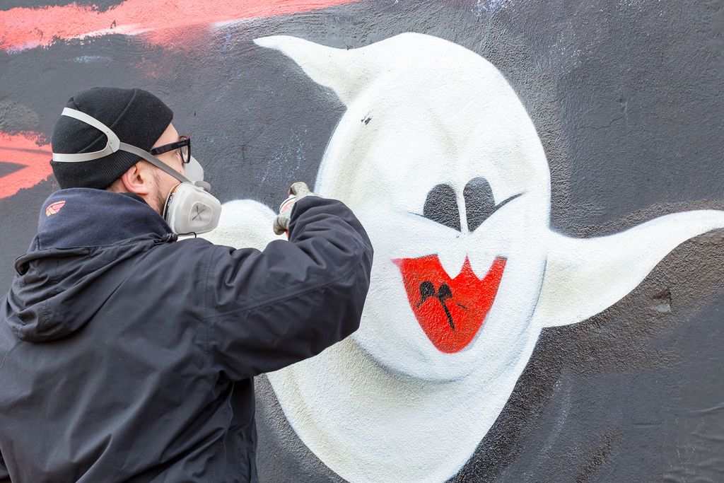 Graffiti-Sprayer sprayt ein Gespenst