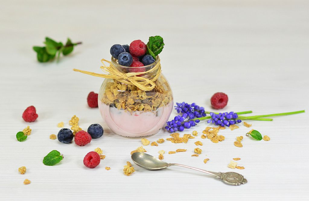 Granola mit Joghurt und Beeren