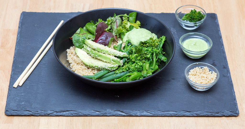 Green-Bowl mit Brokkolini und Avocado-Koriander-Dressing
