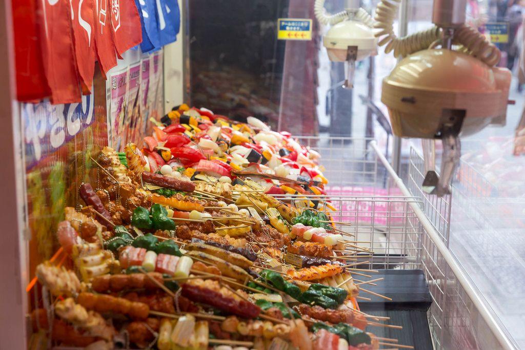 Greifarm-Spiel mit Plastik-Sushi