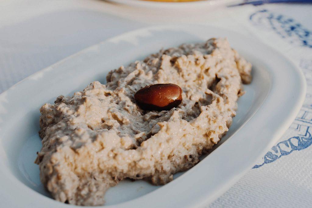 Griechischer Salat mit Oliven und Auberginen