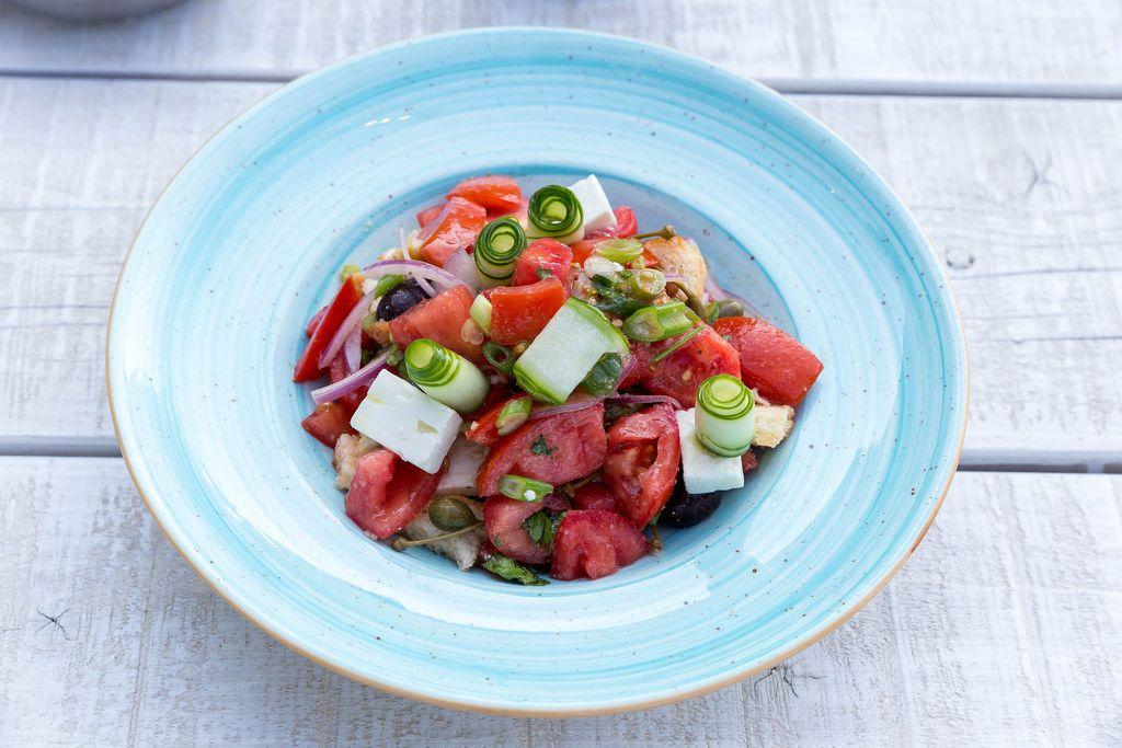 Griechischer Salat mit Tomate, Gurke, Zwiebel, sonnengetrocknete Tomate, Fetakäse, Kapern und Olivenöl