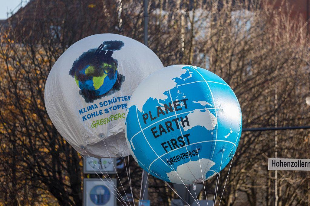 Große Luftballons als Erdkugeln mit Planet Earth First Aufschrift der Organisation Greenpeace