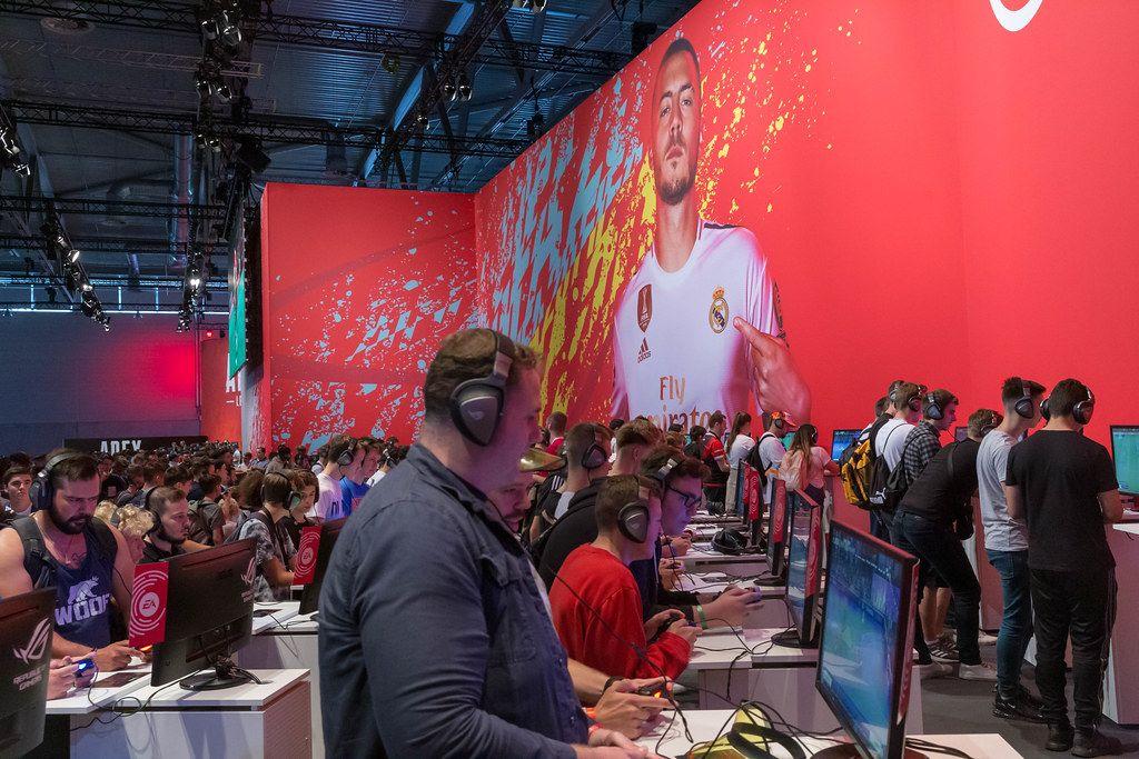Große Spielstation von EA: Videospieler testen das Fußballspiel FIFA 20 auf der Gamescom