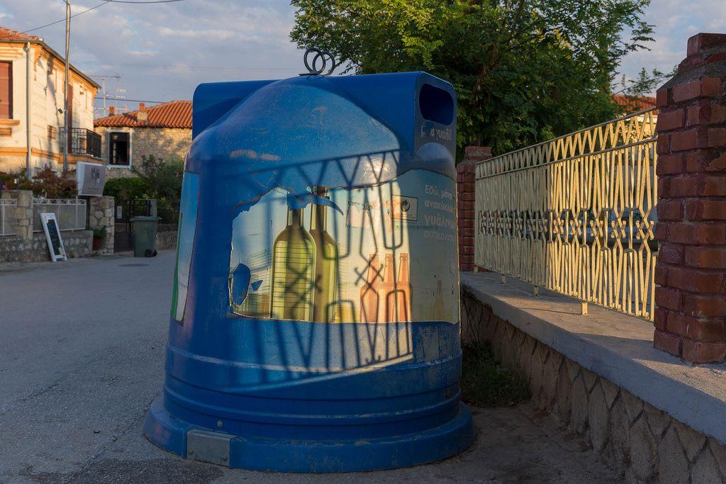 Großer blauer Mülleimer für Glas. Abfalltrennung in Griechenland