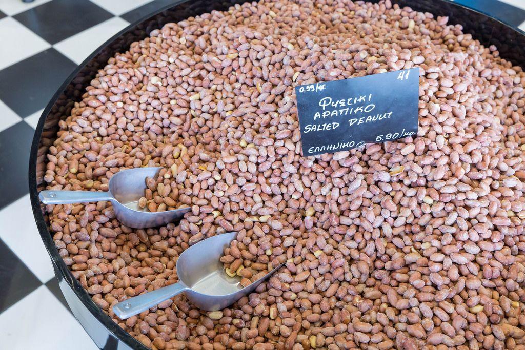 Großer Haufen Erdnüsse in der Nussfarbrik in Thessaloniki