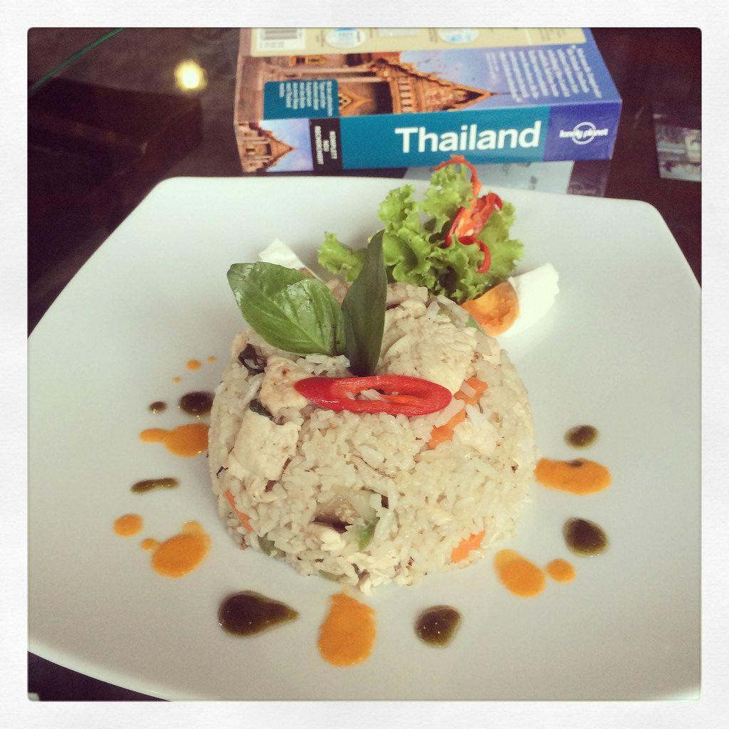 Großes Reisbällchen mit Fisch und Gemüse