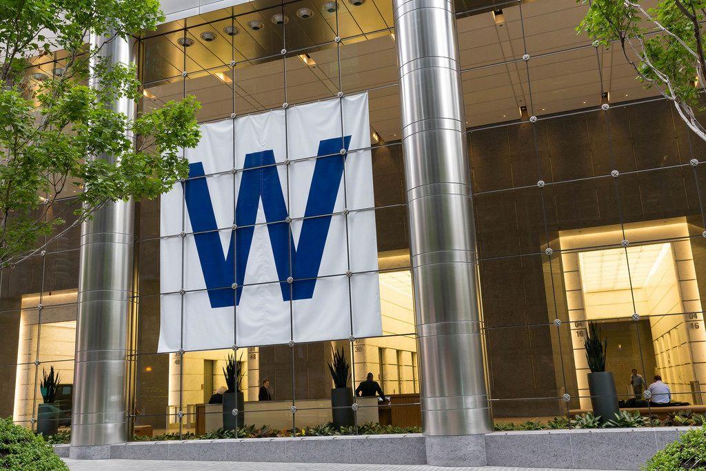 Großes W hinter der Glasfront eines Gebäudes