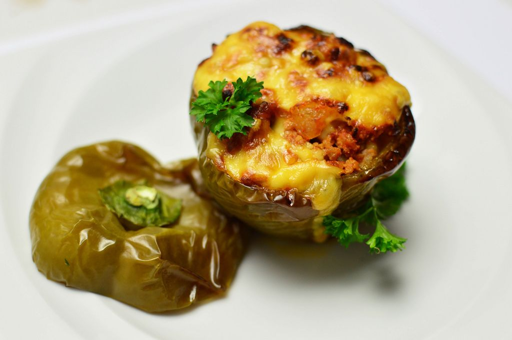 Grüne gefüllte Paprika mit Fleisch und Käse