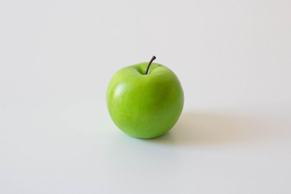 Grüner Apfel vor weißem Hintergrund