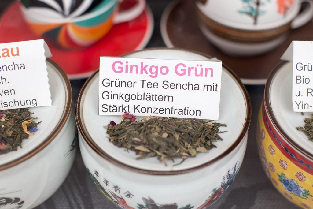 Grüner Tee mit Ginkgoblättern