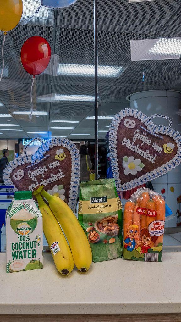 Grüße von Oktoberfest - Lebkuchenherzen, Bananen, Alesto Wallnüsse, Kokosnusssaft und Karotten