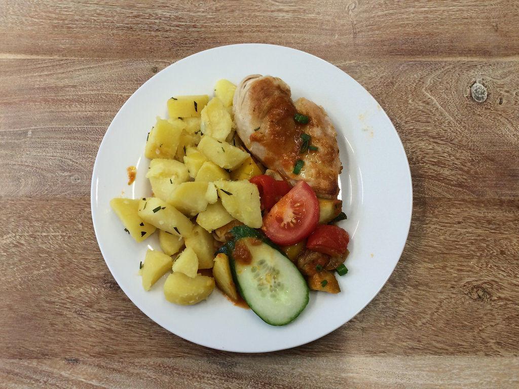 Hähnchenbrust mit Kartoffeln und Gemüse