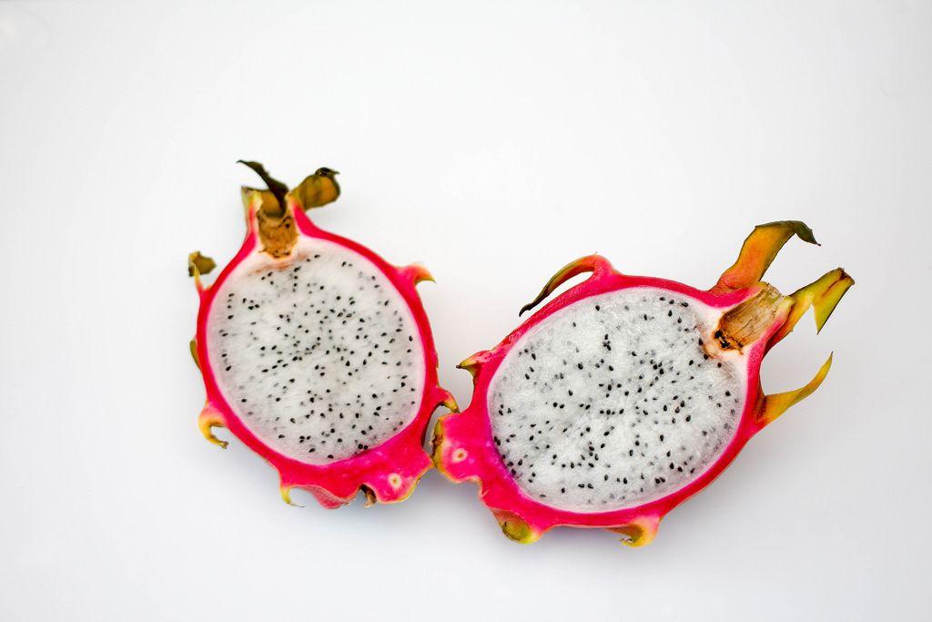 Halbierte Drachenfrucht vor weißem Hintergrund
